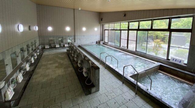 西湖自由キャンプ場の隣にある温泉。いずみの湯