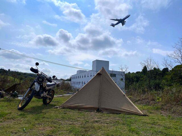 飛行機の飛ぶ広大なキャンプ場